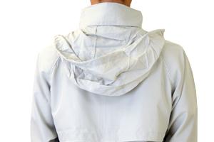 襟に内蔵されたフードがあれば急な雨でも安心。