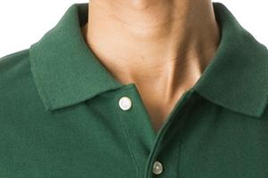胸元は乳白色のボタン2つで留めています