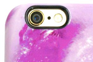 黒フチのついたカメラ穴