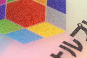 半透明マットの素材にカラフルなプリントが入ります