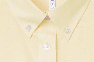 アメトラの定番、オックスフォード生地のボタンダウンシャツ
