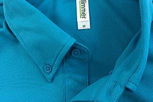 同色ボタンで襟元はすっきした印象