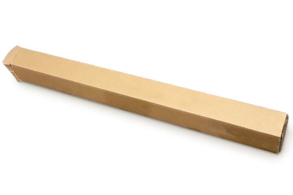 タペストリーは細長い梱包箱に入れてお届けします