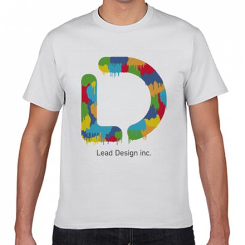 鮮やかなデザインをプリントした制作会社のオリジナルTシャツ