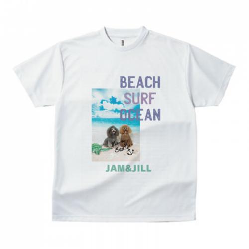 海辺の愛犬の写真が鮮やかなプリントTシャツ