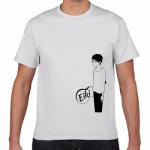 個性的な位置にデザインを印刷したプリントTシャツ